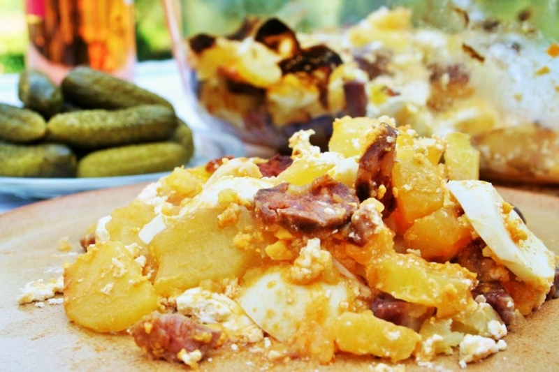 Potato, egg and sausage casserole (rakottkrumpli)