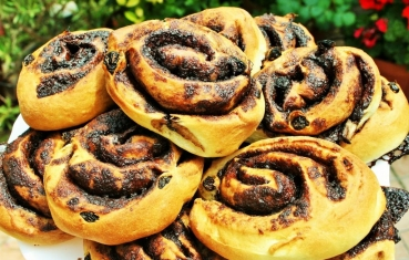 Chocolate rolls with raisins